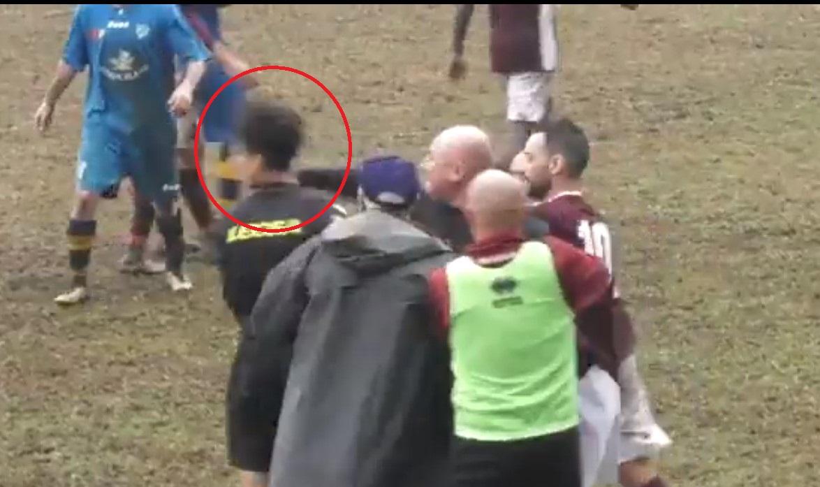 Gestul de mare campion făcut de Paulo Dybala pentru arbitrul care a fost lovit cu pumnul în față de către un antrenor thumbnail