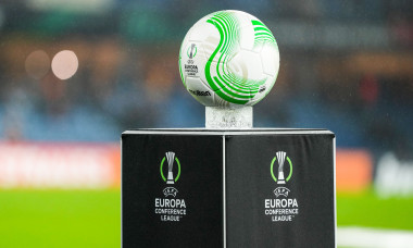 Mingea oficială și logo-ul UEFA Europa Conference League / Foto: Profimedia