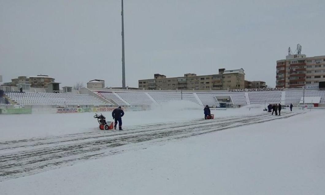 Stadionul din Botoşani, acoperit de zăpadă