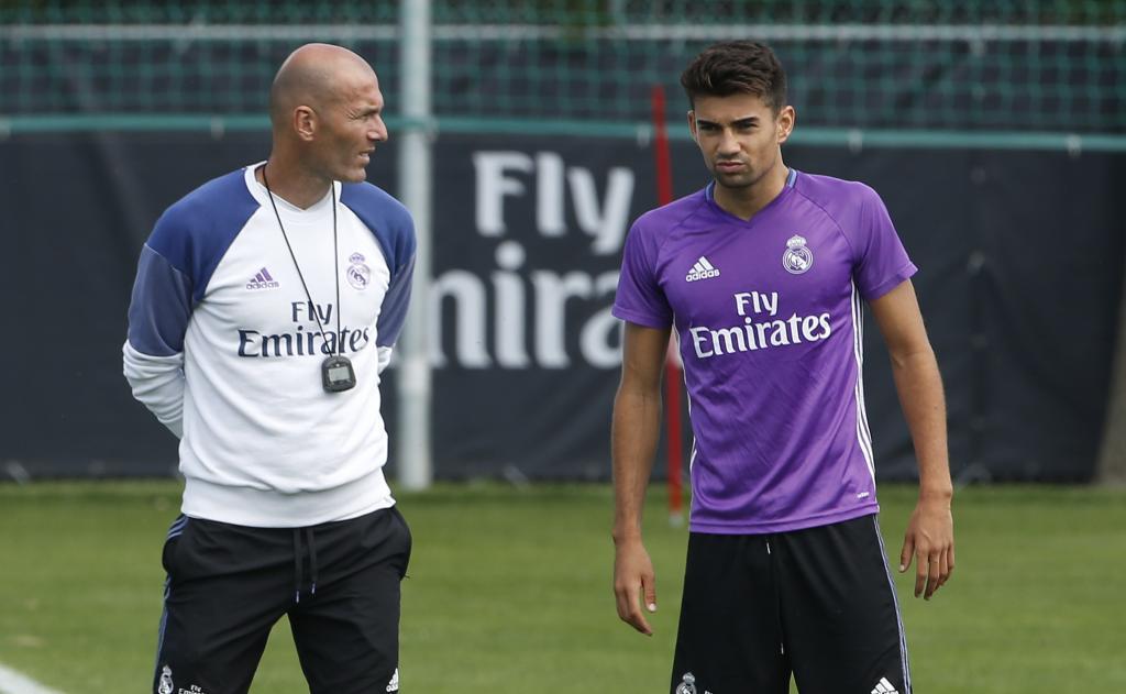 Zidane își \