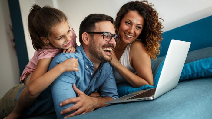 familie care se uita la seriale pe laptop