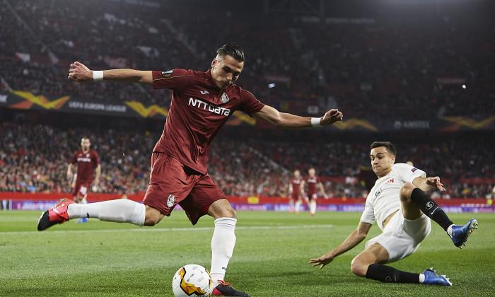 Cristi Manea, în duel cu Reguilon Rodriguez, în meciul Sevilla - CFR Cluj