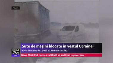 Sute de mașini sunt înzăpezite în Ucraina. 18 oameni şi-au pierdut viaţa din cauza frigului