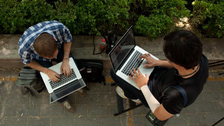 oameni cu laptop - mfax