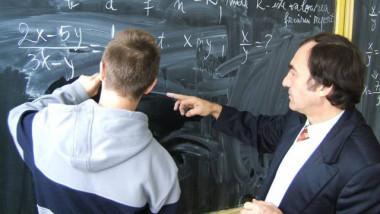 Elev-si-profesor-la-tabla
