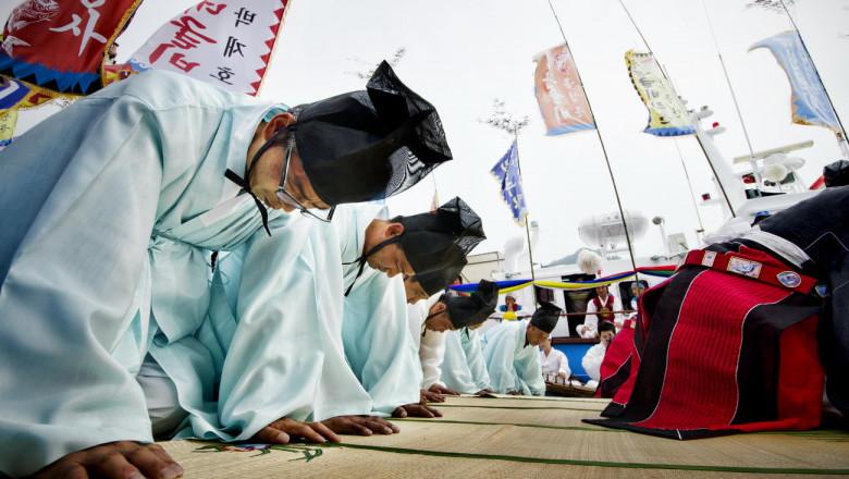 Shaman-Priests-Praying-Yeonggwang-Gun-Yong-Wang-Jae-Dragon-King-Ceremony-South-Jeolla-Province-South-Korea-2013-06-13-16-30-34
