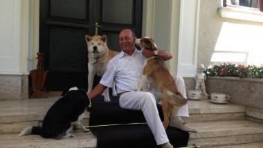Traian Basescu cu cainii - Alaturi de Presedintele Nostru