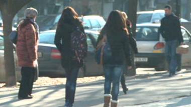 fete pe strada cu spatele