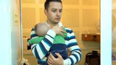 tata cu bebe in brate