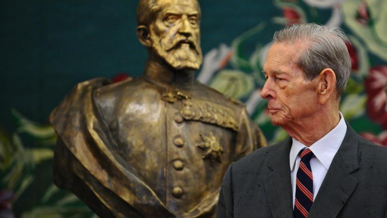 regele mihai priveste la bustul lui carol 1-Mediafax Foto-Octav Ganea