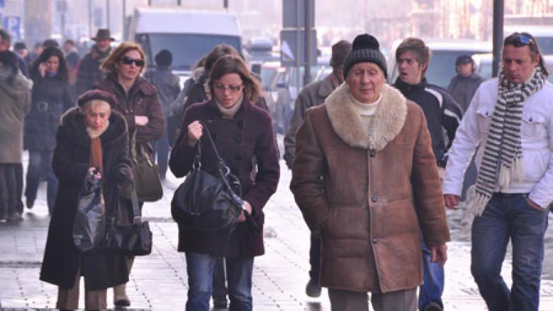 oameni-multi-pe-strada