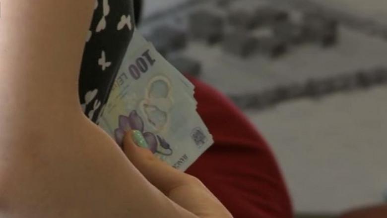 femeie cu bani in mana - captura digi24-1