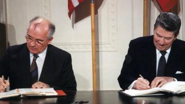 Reagan and Gorbachev signing 1