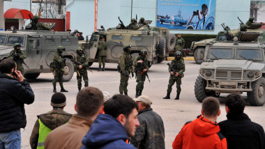 Crimeea Ucraina oameni inarmati-AFP Mediafax Foto-VIKTOR DRACHEV-2