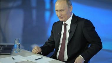 putin surazand parsiv cu hartii in fata - kremlin.ru