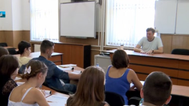 elevi in sala de curs-1