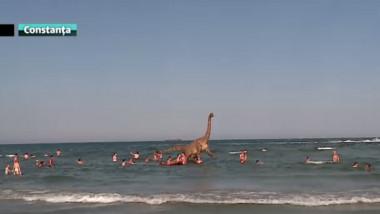 dinozaur in mare