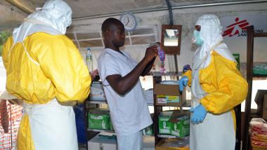 Doctori fara frontiere Ebola-AFP Mediafax Foto-CELLOU BINANI