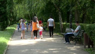 oameni in parc vara