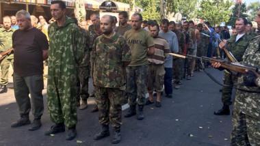 militari ucraineni capturati parada