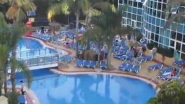 piscina cu sezlonguri