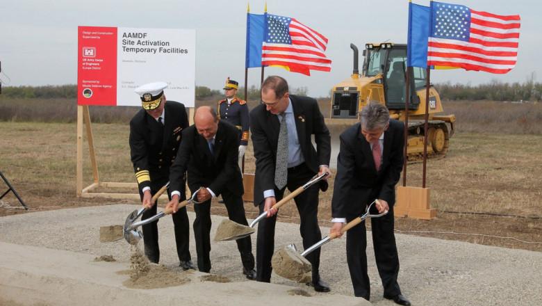 Traian Basescu lucrari baza Deveselu - nato.int