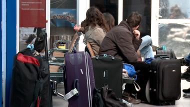 oameni bagaje sala de asteptare aeroport