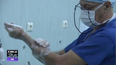 chirurg se spala pe maini