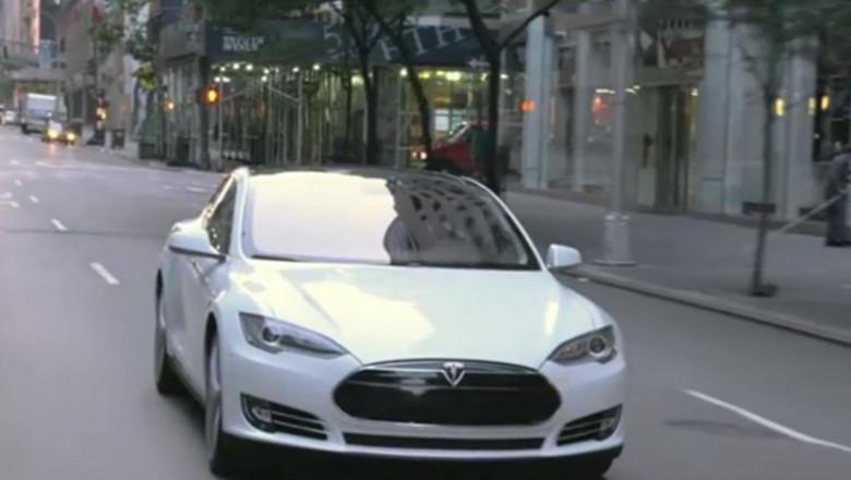 Tesla care se conduce singura