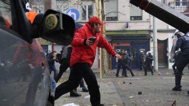 protestatar cu piatra in mana bxl - 7119348-AFP Mediafax Foto-JOHN THYS