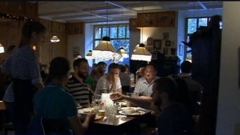 oameni la restaurant