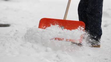 Ninsoare zapada deszapzire cu lopata vremea meteo - Guliver GettyImages