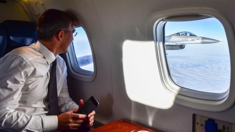 Jens Stoltenberg NATO salut din avion - nato 2