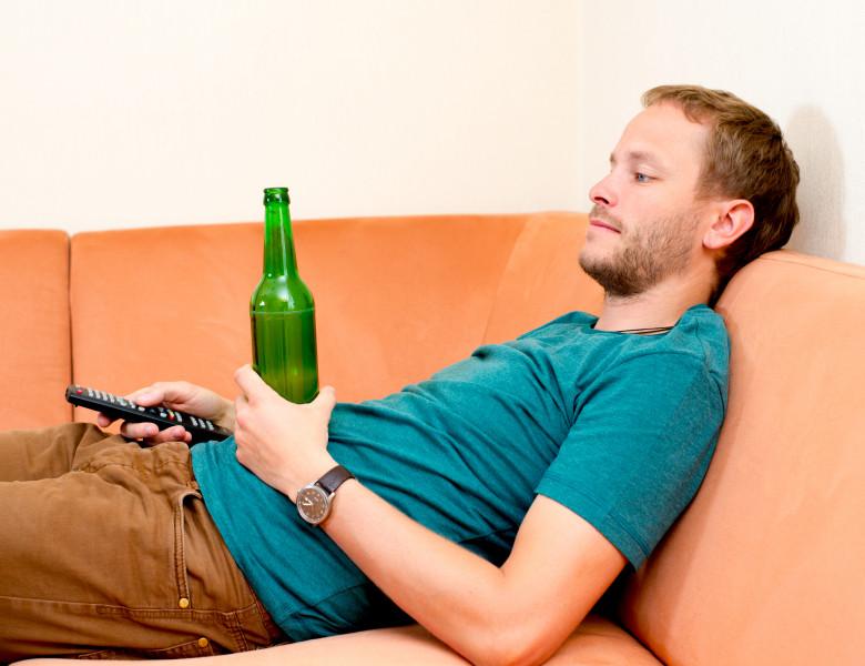 4 din 5 barbat adult pe canapea baut bere