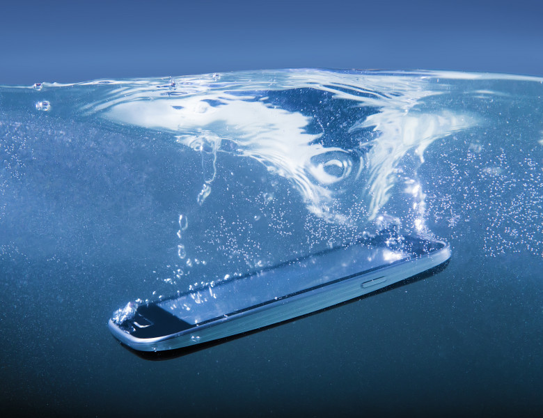 telefon in apa (1)