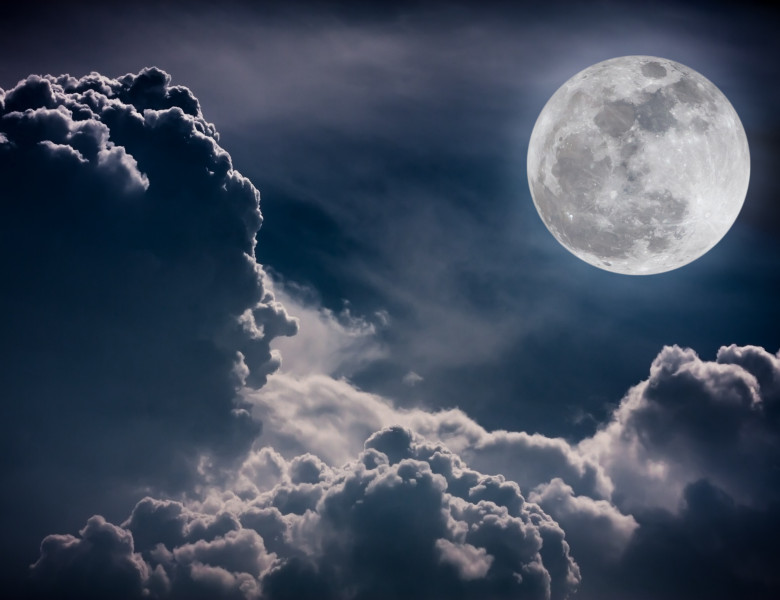 luna printre nori