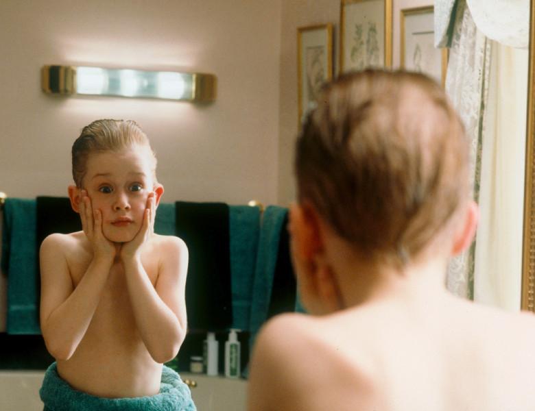 Kevin din Home Alone in fata oglinzii