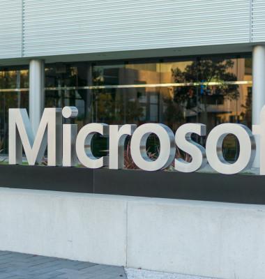 panou microsoft creatorul windows 7 in fata cladirii