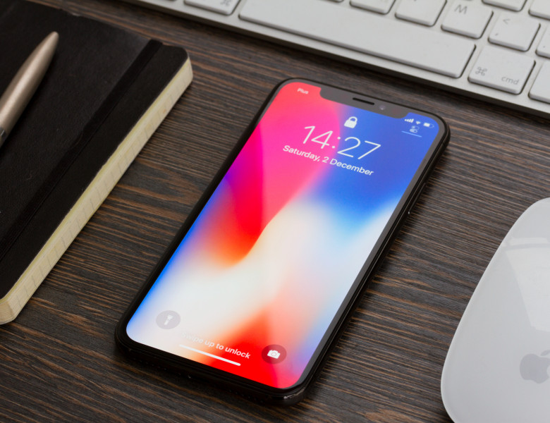 iphone x pe un birou