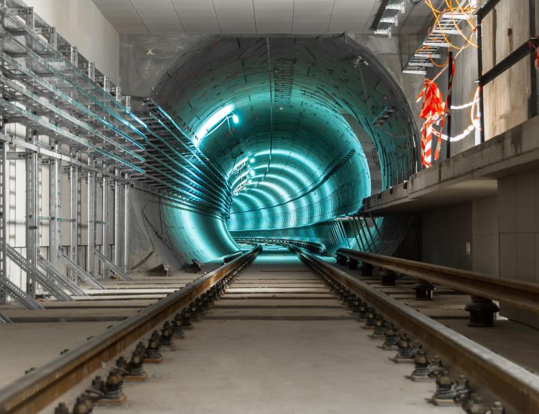 tunel subteran cu lumina albastra
