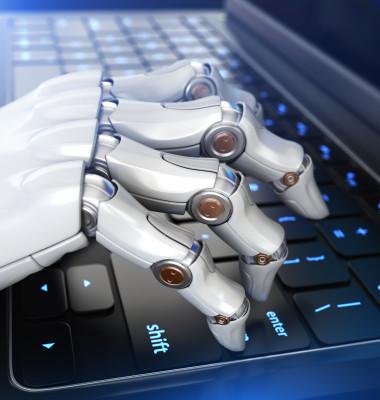 mana unui robot pe un laptop