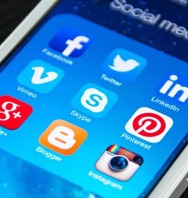 aplicatii retele de socializare pe un fundal albastru