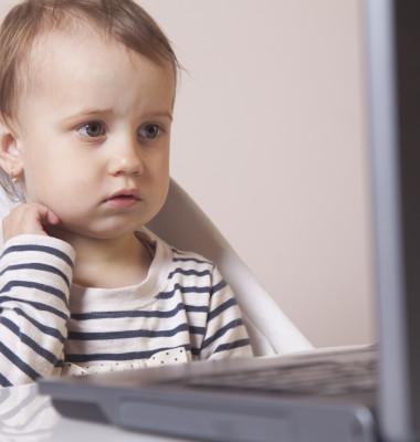 copil uitat laptop