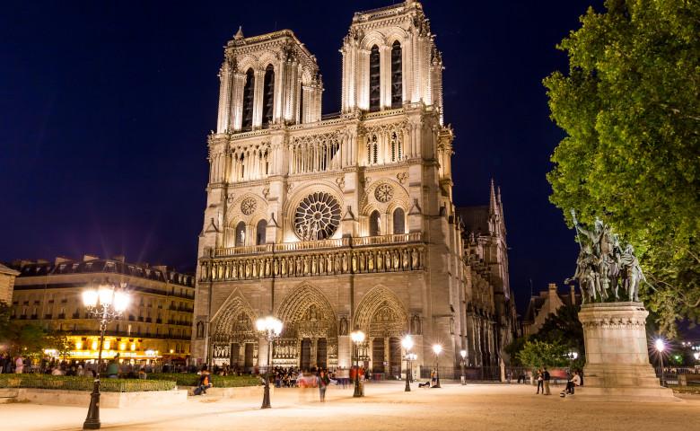 catedrala notre dame noaptea