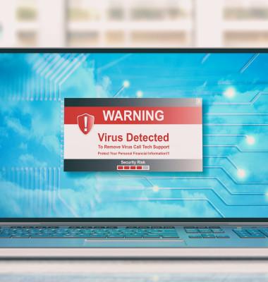 laptop cu virus pe masa