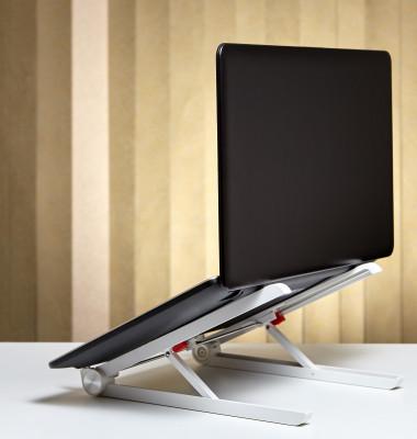 Laptop pe suport spate