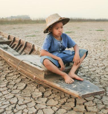copil in barca seceta incalzire globala schimbare clima planeta