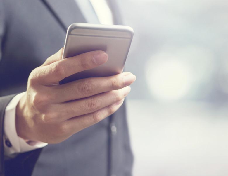 barbat cu smartphone in mana