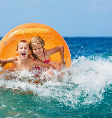 copii la plaja in mare