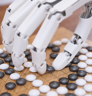 robot care joaca jocul go